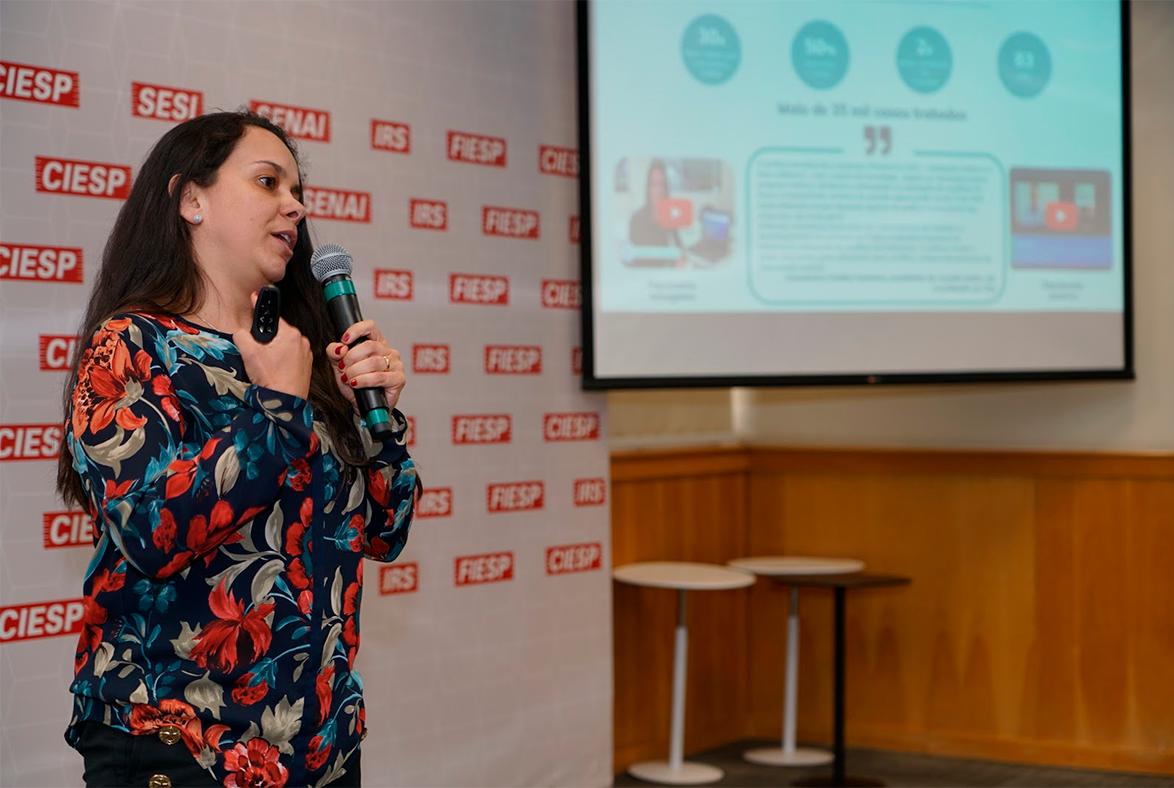 Janaína Amorim apresentando a Mediação Online no Just Pitch Festival